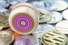 Efecto del yoyo del precio crypto de la moneda para arriba tan arriba y abajo, de madera Imagen de archivo