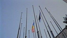 Efecto el Moldavia del vintage de VHS tricolor de la bandera azul, amarilla, y roja que agita al lado de la bandera europea almacen de metraje de vídeo