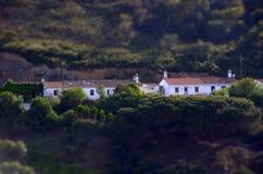 Efecto miniatura - casas mediterráneas típicas, pueblo de Algarve Fotos de archivo