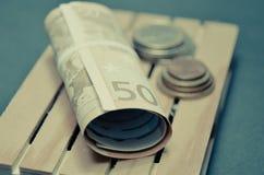 Efecto retro de la foto del vintage de billetes de banco y del dinero euro de la moneda sobre la plataforma Fotos de archivo libres de regalías