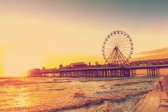 EFECTO RETRO DEL FILTRO DE LA FOTO: Embarcadero central de Blackpool en la puesta del sol con Ferris Wheel, Lancashire, Inglaterr Foto de archivo