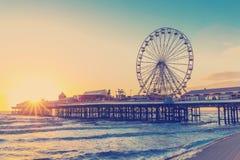 EFECTO RETRO DEL FILTRO DE LA FOTO: Embarcadero central de Blackpool en la puesta del sol con Ferris Wheel, Lancashire, Inglaterr Fotografía de archivo libre de regalías