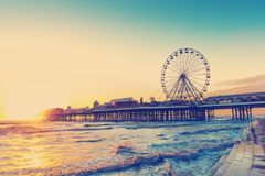 EFECTO RETRO DEL FILTRO DE LA FOTO: Embarcadero central de Blackpool en la puesta del sol con Ferris Wheel, Lancashire, Inglaterr Imagenes de archivo
