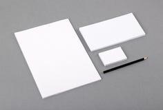 Efectos de escritorio básicos en blanco. Papel con membrete plano, tarjeta de visita, sobre imagenes de archivo