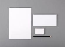 Efectos de escritorio básicos en blanco. Papel con membrete plano, tarjeta de visita, sobre fotos de archivo libres de regalías