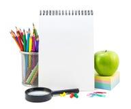 Efectos de escritorio de la escuela en un blanco Foto de archivo libre de regalías