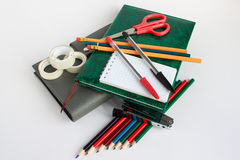 Efectos de escritorio de la escuela y de la oficina en el fondo blanco Imágenes de archivo libres de regalías