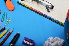Efectos de escritorio de la oficina con los pernos del vidrio y de papel Foto de archivo libre de regalías