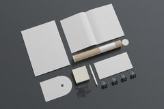 Efectos de escritorio en blanco aislados en gris stock de ilustración