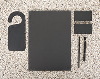 Efectos de escritorio en blanco en el fondo de mármol Consista en las tarjetas de visita, los papeles con membrete A4, la pluma y Imagen de archivo
