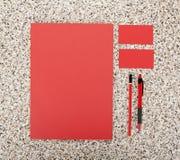 Efectos de escritorio en blanco en el fondo de mármol Consista en las tarjetas de visita, los papeles con membrete A4, la pluma y Fotografía de archivo libre de regalías