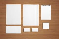 Efectos de escritorio en blanco en fondo de madera Fotografía de archivo