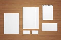 Efectos de escritorio en blanco en fondo de madera Foto de archivo