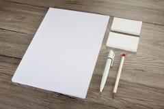 Efectos de escritorio en blanco en fondo de madera Consista en las tarjetas de visita Foto de archivo