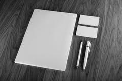 Efectos de escritorio en blanco en fondo de madera Consista en las tarjetas de visita Imágenes de archivo libres de regalías