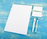 Efectos de escritorio en blanco en fondo de madera Consista en las tarjetas de visita Imagen de archivo