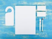 Efectos de escritorio en blanco en fondo de madera Consista en las tarjetas de visita Imagenes de archivo