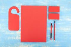 Efectos de escritorio en blanco en fondo de madera Consista en las tarjetas de visita Imagen de archivo libre de regalías