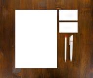 Efectos de escritorio en blanco en fondo de madera Consista en las tarjetas de visita fotos de archivo