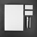 Efectos de escritorio en blanco en fondo gris Consista en las tarjetas de visita, foto de archivo