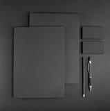 Efectos de escritorio en blanco en fondo gris Consista en las tarjetas de visita, imágenes de archivo libres de regalías