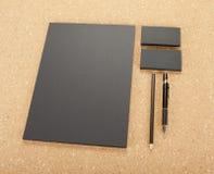 Efectos de escritorio en blanco en tablero del corcho Consista en las tarjetas de visita, los papeles con membrete A4, la pluma y imagen de archivo libre de regalías