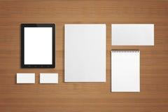 Efectos de escritorio en blanco fijados en el fondo de madera Foto de archivo