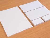 Efectos de escritorio en blanco fijados en el fondo de madera Fotografía de archivo