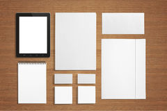 Efectos de escritorio en blanco fijados en fondo de madera. Fotografía de archivo