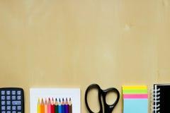 Efectos de escritorio en el escritorio de la oficina o de la escuela Foto de archivo libre de regalías