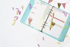 Efectos de escritorio femeninos: la carpeta de papel colorida acorta la palma y el flamin Imagen de archivo