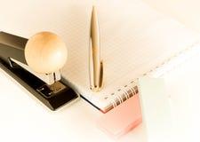 Efectos de escritorio fijados en un fondo ligero Fotos de archivo