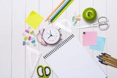 Efectos de escritorio o materiales de oficina de la escuela en el fondo de madera Foto de archivo