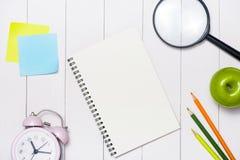 Efectos de escritorio o materiales de oficina de la escuela en el fondo de madera Imagen de archivo
