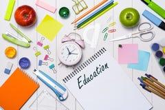 Efectos de escritorio o materiales de oficina de la escuela en el fondo de madera Foto de archivo libre de regalías