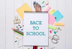 Efectos de escritorio o materiales de oficina de la escuela en el fondo de madera Fotografía de archivo libre de regalías