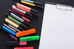 Efectos de escritorio para dibujar, los marcadores y el papel en blanco Fotografía de archivo