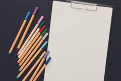 Efectos de escritorio para dibujar, los marcadores y el papel en blanco Foto de archivo libre de regalías