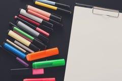 Efectos de escritorio para dibujar, los marcadores y el papel en blanco Imagen de archivo