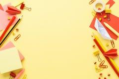 Efectos de escritorio rojos y amarillos sobre fondo amarillo De nuevo a escuela fotos de archivo libres de regalías