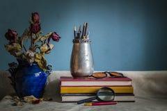 Efectos de escritorio y florero Fotografía de archivo libre de regalías