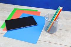 Efectos de escritorio y tableta coloridos en el escritorio de madera imagen de archivo libre de regalías