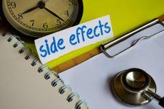 Efectos secundarios sobre la inspiración del concepto de la atención sanitaria en fondo amarillo imagenes de archivo