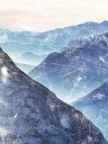 Efeito da grão do filme Nascer do sol sonhador fantástico, contorno afiado da montanha acima da névoa fotografia de stock royalty free