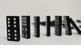Efeito de dominó, linha de madeira preta curva do dominó vídeos de arquivo