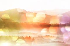 Efeito do filme Aurora surpreendente no parque de Suíça de Saxony Picos do arenito aumentados do fundo nevoento fotos de stock