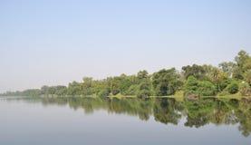 Efeito do lago, das árvores, do céu e do espelho Fotografia de Stock Royalty Free