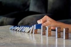 Efeito ruído contínuo dos dominós da parada da mão do homem de negócios do ruído contínuo ou do risco fotos de stock
