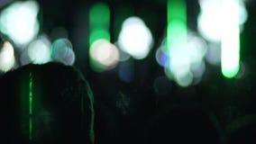 Efeitos criativos na mostra, silhuetas da iluminação do concerto de observação dos povos video estoque