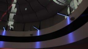 Efeitos da luz abstratos criativos, povos felizes que dançam no clube video estoque